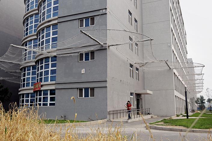 Анти-суицидные сетки на фабриках и их общежитиях в Китае