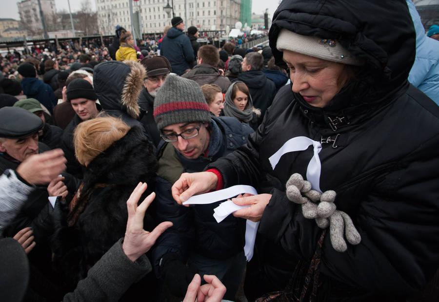 Белые ленты во время цветных протестов против результатов президентских выборов, Россия, март 2012 года
