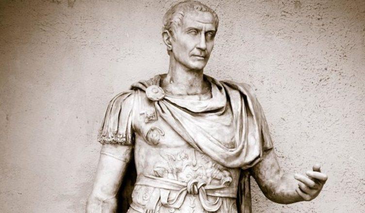 Античная римская статуя Гая Юлия Цезаря