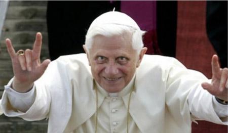Папа Римский Бенедикт XVI демонстрирует «козу»