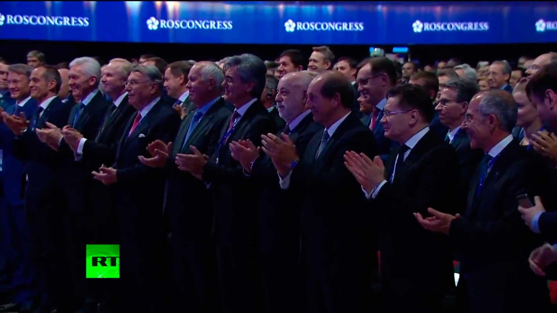 Аудитория ПМЭФ 2017 стоя приветствует В.Путина