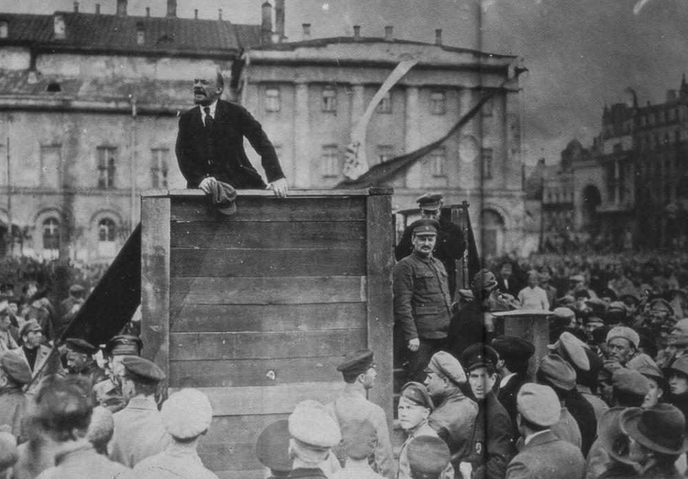 В.И. Ленин выступает перед народом