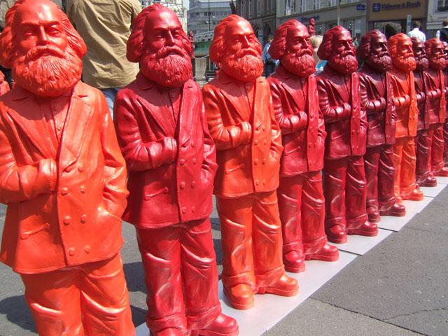 Инсталяция Оттмара Хёрля в Трире. Обратите внимание, что Карл Маркс стоит, заложив руку за борт пиджака — так масоны изображают своих братьев по цеху или тех, кого таковыми считают