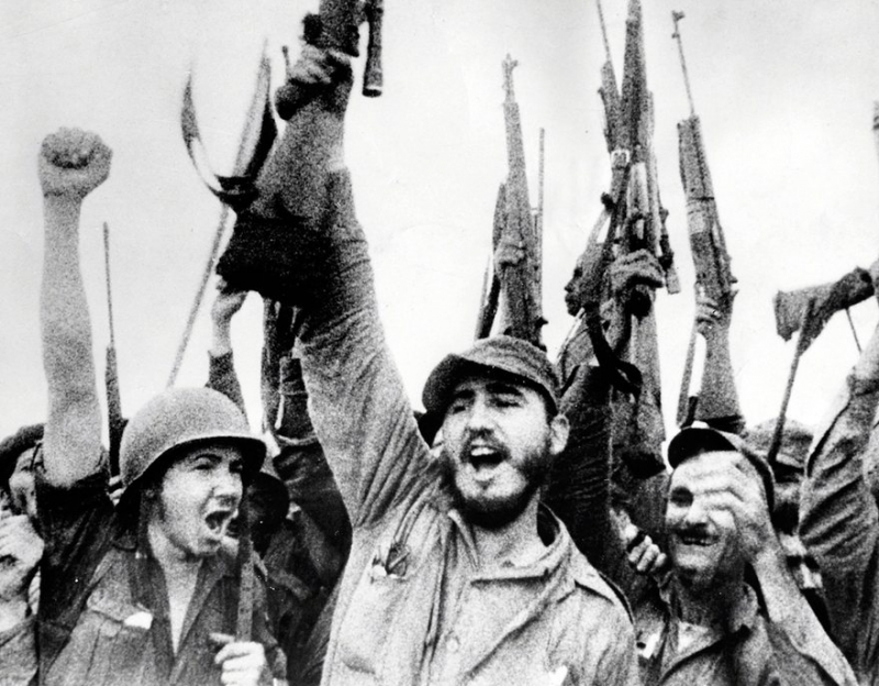 17 мая 1957 года. Фидель Кастро воодушевляет своих людей в сцене из фильма «Повстанцы Сьерра-Маэстры»