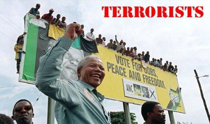 Нельсон Мандела под своим предвыборным плакатом