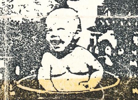 Смеющийся ребёнок в тазике для купания — символ Концепции Общественной Безопасности