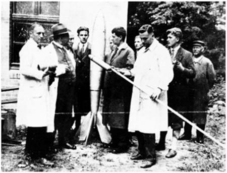 Члены «Общества космических путешествий» перед испытанием ракеты