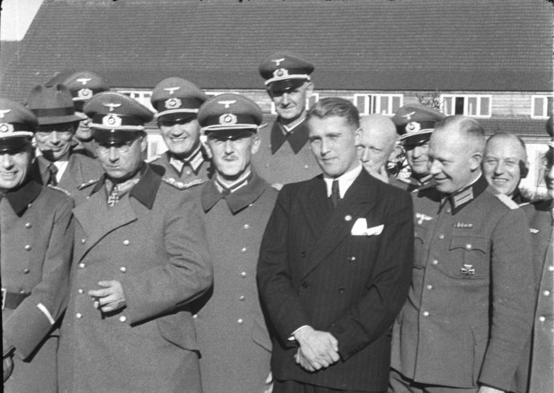 Вернер фон Браун в окружении нацистов. 1941 год