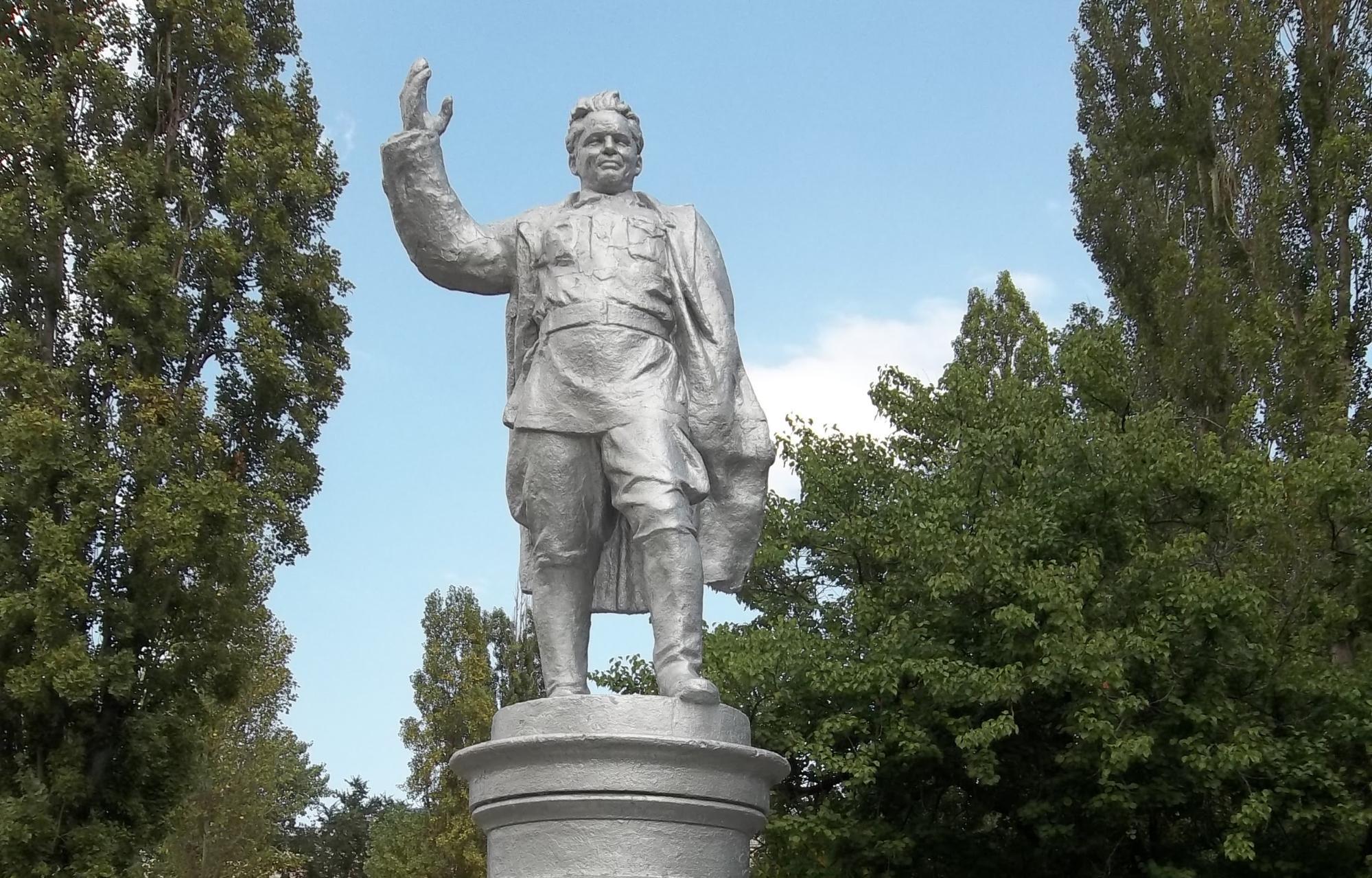 Памятник С.М. Кирову перед Домом культуры Каспийска