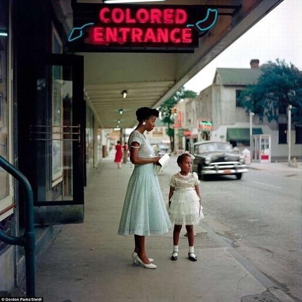 Вход для цветных, вывеска в США времён расовой сегрегации