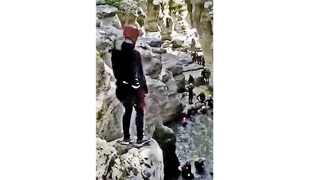 В интернете уже гуляет видео с тренировок «кадрового резерва». Будущие «технократы» сплачиваются и борются со страхом, прыгая в реку с 7-метровой скалы.