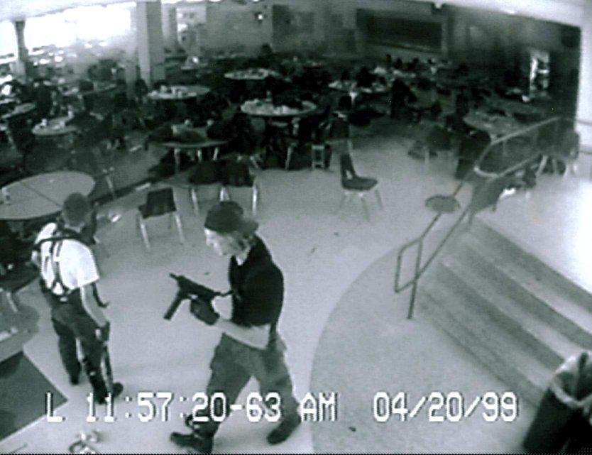 Оригинальная чёрно-белая фотография с камер наблюдения школы Колумбайн