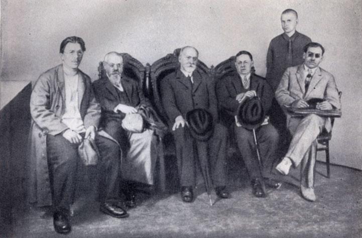 Москва, 1928 год. Советские историки с французским коллегой Шарлем Лангуа (в центре). Второй слева — Покровский. Четвёртый — Тарле.