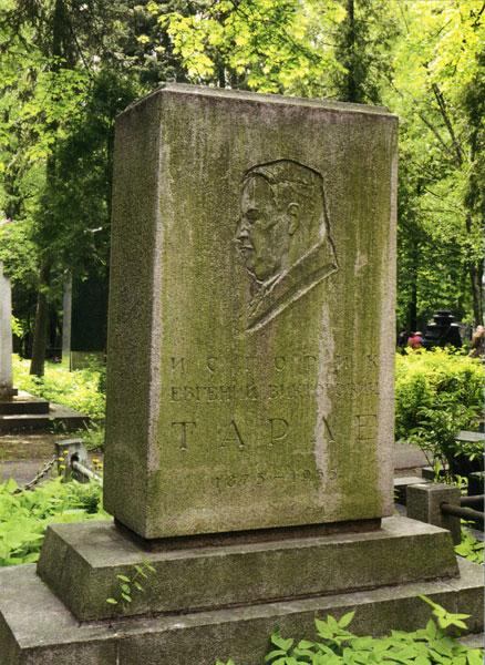 памятник Тарле на Новодевичьем кладбище